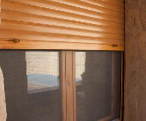 ventana-madera-persiana-mosquitera